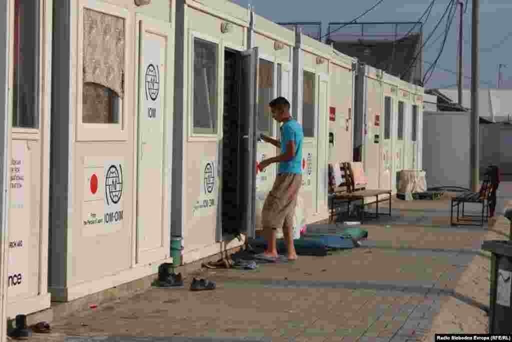 В перевалочном центре для беженцев в Македонии, Табановце, празднуют Курбан-байрам