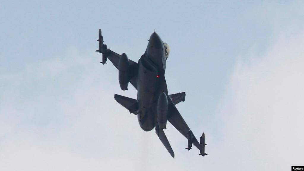Турецкий истребитель F-16 взлетает с авиабазы близ Аданы