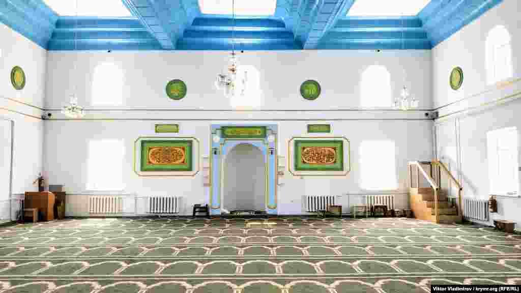 Ortada mihrap yerleşken. Mında, namaz vaqtında cemaatnıñ ögünde turğan cami imamı dua ete. Sağ taraftan - minber, anda imam hutbeni keçire