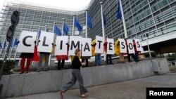Pjesëtarë të asociacioneve për klimën duke protestuar në Bruksel, foto nga arkivi.