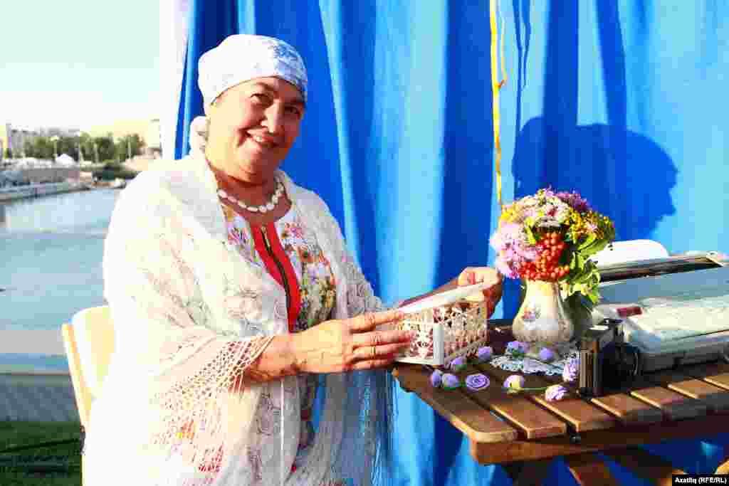 Печән базарында махсус фотога төшү урынында бер татар апасы