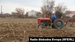 Земјоделец со трактор обработува нива во близина на Битола.