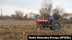 Фермер вспахивает землю с помощью трактора. Иллюстративное фото.