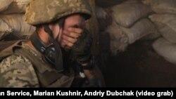 На кадре из видео — военный на позиции украинских правительственных войск близ города Красногоровка. Иллюстративное фото.