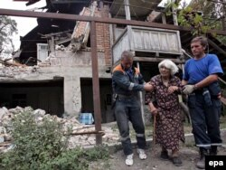Російські МНСники допомагають вивозити грузинів зі зруйнованого села Курта, ще одного з планованих нині на ліквідацію, фото 20 серпня 2008 року