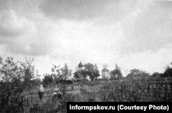 Архивное фото немецких могил на фоне храма Константина и Елены