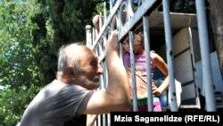 Представителям сил правопорядка сегодня пришлось силой выдворять самовольно поселившихся в здании бывшей тбилисской школы около 30 социально незащищенных семей вместе с их небогатым скарбом.
