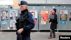 Ոստիկանը հսկում է ընտրատեղամաս տանող ճանապարհը, Ֆրանսիա, 23-ը ապրիլի, 2017թ․
