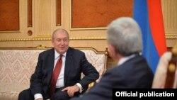 Зустріч Сержа Сарґсяна (п) з його наступником на посаді президента Арменом Сарґсяном, 16 лютого 2017 року