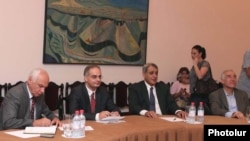 Armenia - Levon Zurabian (second from left) and other members of the Armenian National Congress negotiate with government representatives, 4Aug2011.