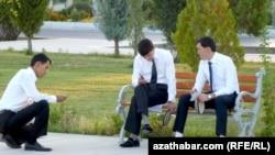 Türkmenistanyň ýokary okuw jaýlarynda okaýan türkmen studentleri. Arhiwden alnan surat