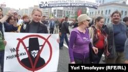 """Ақын Дмитрий Быков (оң жақ шетте) оппозицияның """"Миллиондар маршында"""". Мәскеу, 6 мамыр 2012 жыл."""
