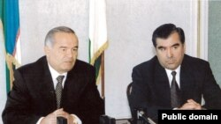 Tajik President Emomali Rahmon (right) with his Uzbek counterpart, Islam Karimov (file photo)