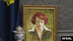 Портрет Олени Теліги на церемонії відкриття пам'ятної дошки на будинку де мешкало подружжя Олени та Михайла Теліг перед тим, як їх заарештувало гестапо
