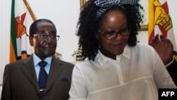 Зимбабве президенті Роберт Мугабе мен оның әйелі Грейс Мугабе.