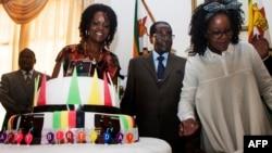 Mugabenin 92 yaşı. Diktator arvadı və qızı ilə.