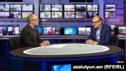 Брайан Уитмор (слева) в эфире «Воскресной аналитической программе с Грайром Тамразяном», 4 февраля 2018 г.