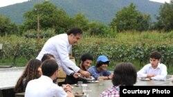 Саакашвили угощает детей и подростков шашлыком на своем винограднике