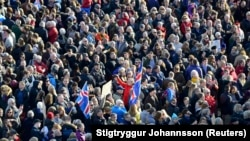 Protesta në Reikjavik të Islandës kundër kryeministrit, Sigmundur Gunnlaugsson, 4 prill 2016.