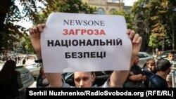 Під час акції біля будівлі Нацради з питань телебачення і радіомовлення з вимогою скасувати ліцензію телеканалу NewsOne. Київ, 9 липня 2019 року