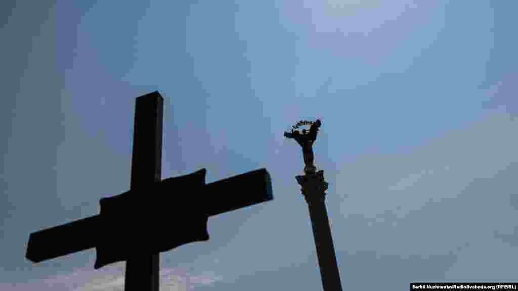 Традиція прощання із загиблими військовими на майдані Незалежності в Києві бере свій початок із лютого 2014 року, коли на Майдані прощалися з Небесною сотнею