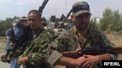 Қазақ сарбазы (сол жақта) мен Ресей жауынгері (оң жақта) Кабардино-Балкарияда. Грузия, 14 тамыз 2008 жыл.