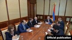 Президент Армении Серж Саргсян проводит совещание по вопросам повестки армяно-германского экономического сотрудничества, Ереван, 9 марта 2016 г.