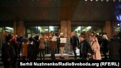 Акция «Нет гастролям на крови» при входе во Дворец спорта в знак протеста против гастролей украинских исполнителей в России, 9 декабря 2017 года
