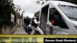 Сотрудники турецкой полиции у консульства Саудовской Аравии в Стамбуле