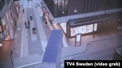 Грузовик, въехавший в пешеходов в Стокгольме. Скриншот видеозаписи.