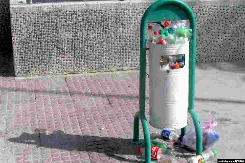 На автобусных остановках мусор не убирают своевременно, Ашхабад.