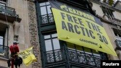Активісти Greenpeace встановлюють банер із закликом звільнити своїх колег на будинку штабквартири «Газпрому» в Парижі, 9 жовтня 2013 року