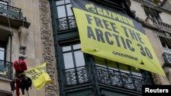 Активісти Greenpeace повісили банер напроти паризького офісу «Газпрому», 9 жовтня 2013 року