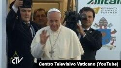 Poglavar Rimokatoličke crkve maše prisutnima prije ulaska u avion