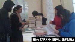 Издательство «Ир» впервые решило объединить библиографические справки о поэтах и прозаиках Северной и Южной Осетии, а также осетинах, состоящих в Союзе писателей РФ последние двадцать лет