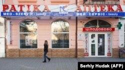 Inscripții bilingve, în limba ungară și ucraineană, la o farmacie din Beregovo/Berehovo în vestul Ucrainei