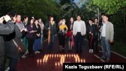 Молодежные активисты культурного центра крымских татар «Ватандаш» в Алматы в центральном парке культуры и отдыха выложили свечи в виде национальной символики крымских татар - тамги. 18 мая 2017 года.