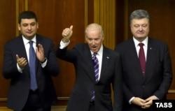 (Зліва направо) Голова Верховної Ради Володимир Гройсман, віце-президент США Джозеф Байден та президент України Петро Порошенко у Верховній Раді. Київ, 8 грудня 2015 року