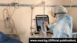 Медработник в одной из больниц Кыргызстана. Иллюстративное фото.