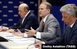 Вадим Рабінович (ліворуч), Віктор Медведчук та Юрій Бойко під час свого візиту до Росії 10 липня 2019