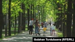 Эс алуу багында жүргөн шаар тургундары. Бишкек. 12-май, 2020-жыл.