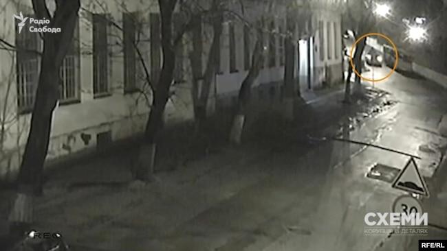 30 січня, 00:06 – з вулиці Івана Севери виїжджає світла автівка, вона повертає ліворуч на вулицю Кубійовича