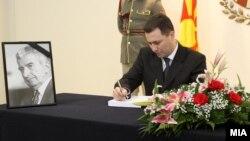 Премиерот Никола Груевски се потпишува во книгата на жалост за поранешниот претседател Киро Глигоров во вилата Водно во Скопје.