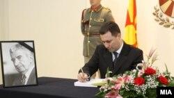 Премиерот Никола Груевски се потпишува во книгата на жалоста за смртта на Киро Глигоров