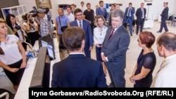 Президент во время визита в Мариуполь