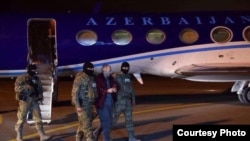Экстрадированный в Азербайджан блогер Александр Лапшин в аэропорту Баку, 7 февраля 2017 г.