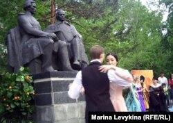Молодые люди танцуют вальс в саду у памятника Достоевскому. Семей, 16 мая 2012 года.