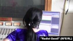 Студияи яке аз радиоҳои Тоҷикистон. Акс аз бойгонӣ