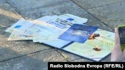Diplome koje je Ena Nedić zapalila ispred Skupštine Srbije, 12. maj