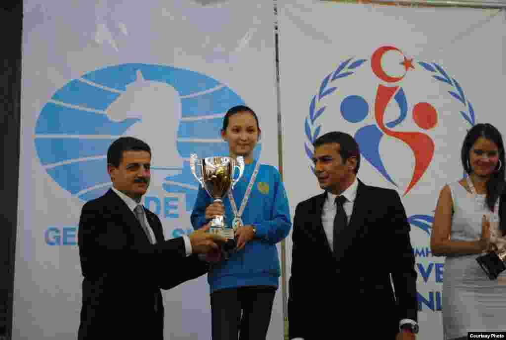 Представители международной шахматной федерации поздравляют Жансаю.